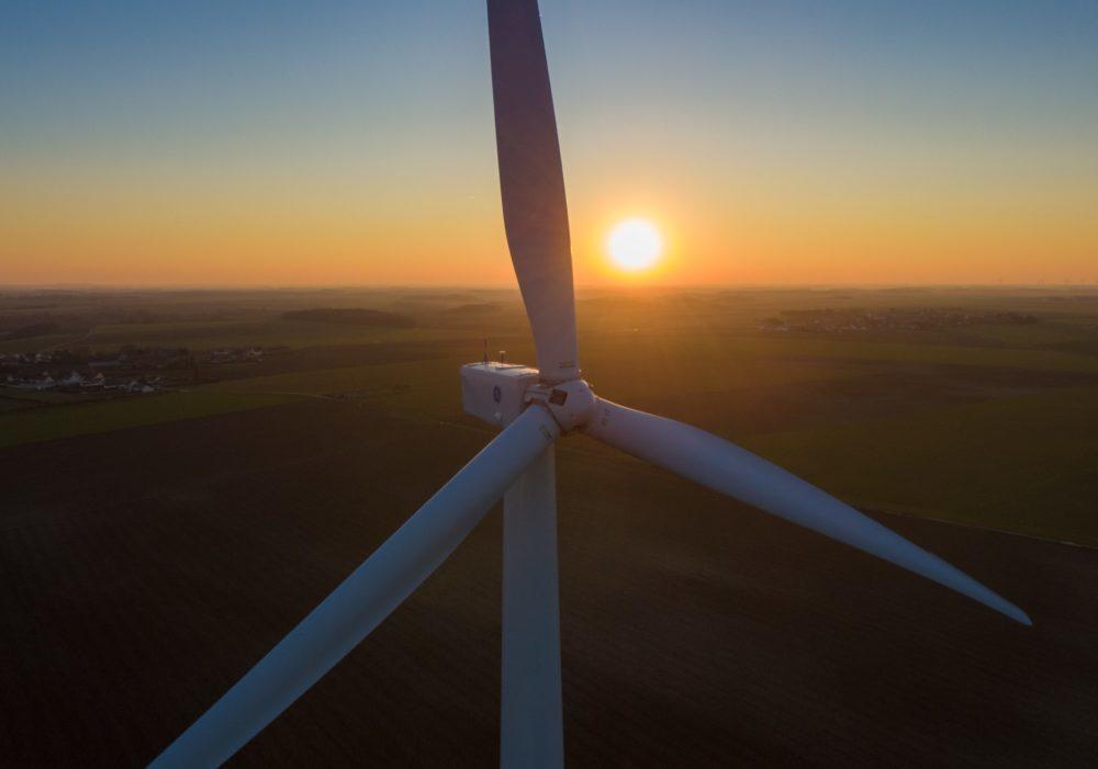 Photo d'éolienne en drone